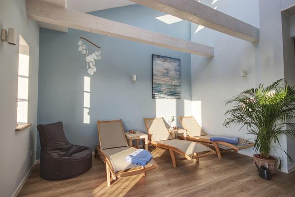Ruheraum im Wellnessbereich mit eleganten Holz-Liegen