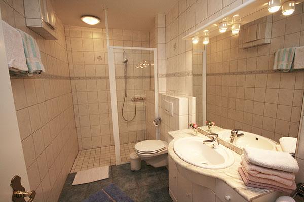 Badezimmer mit begehbarer Dusche in der Wohnung Habel