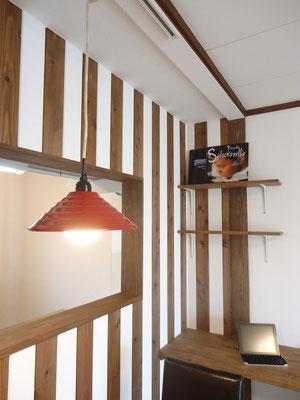 シマシマ模様の壁がオシャレな空間を演出