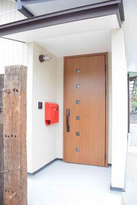 玄関廻りもポストもオシャレに。