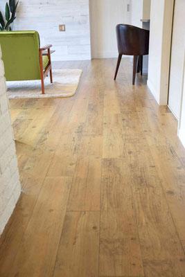 ビンテージ感のある床材を使用