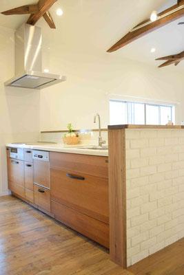キッチンもこだわりの無垢材