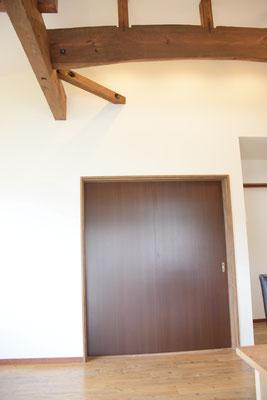 和室の入り口は特注の大きさの引き戸を採用