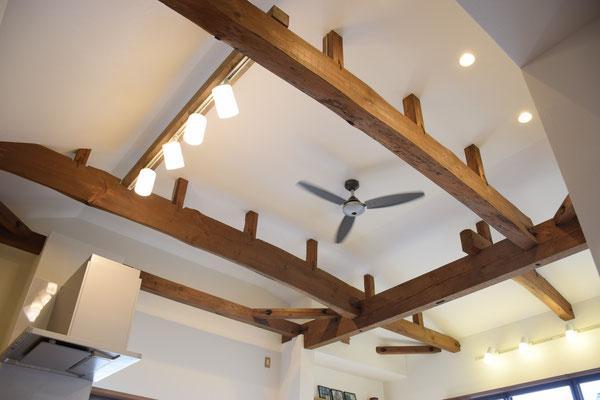 天井の梁は既存の物を出して、塗装しただけでこんなにオシャレに。