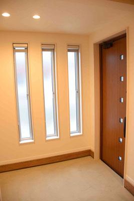 玄関とアクセントの窓