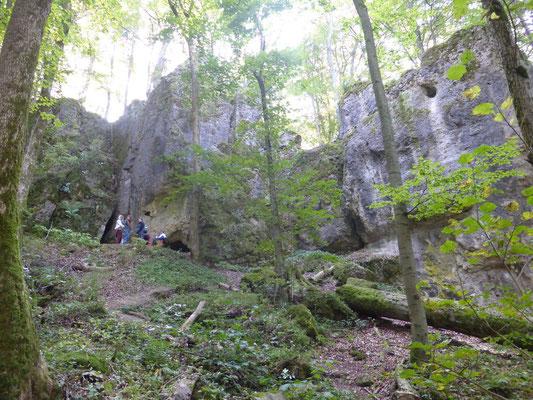 ... bei der Schönstein- & Brunnsteinhöhle ... (nur wenige trauten sich rein)