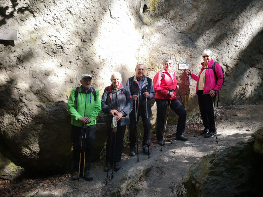 """... auch die """"Kurzwanderer"""" wagten sich in die Felsenwelt ..."""