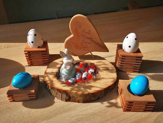 4 Holzständer für Kerzen oder Eier und Holzscheibe mit Loch für verschiedene Dekorationen 29,95 Euro. Auf Wunsch personalisiert mit Herz 39,95 Euro