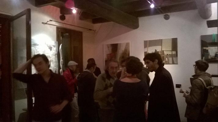 Nella foto, da sinistra: Luca Garcina, il gallerista Travasoni, il produttore Govinda, il blues-man Paolo Bertelli, la cantante Virginia Travasoni (di spalle), il cantautore Giacomo Marighelli, l'autore Eugenio Squarcia