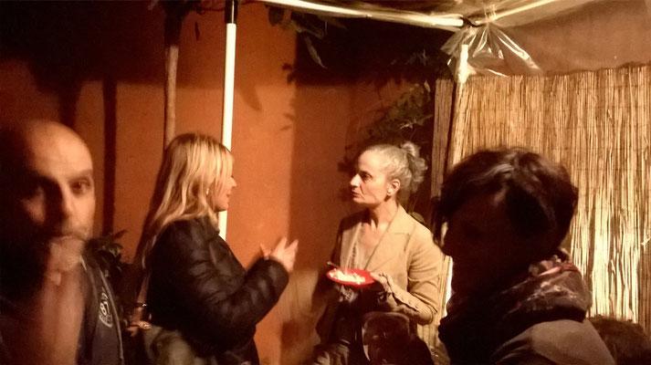 Al centro l'attrice Vittoria Triglione discute con la cantante dei Macròlle Ilaria Follegatti. In primo piano a destra l'attrice Sabrina Bordin, a sinistra il marito Fabrizio