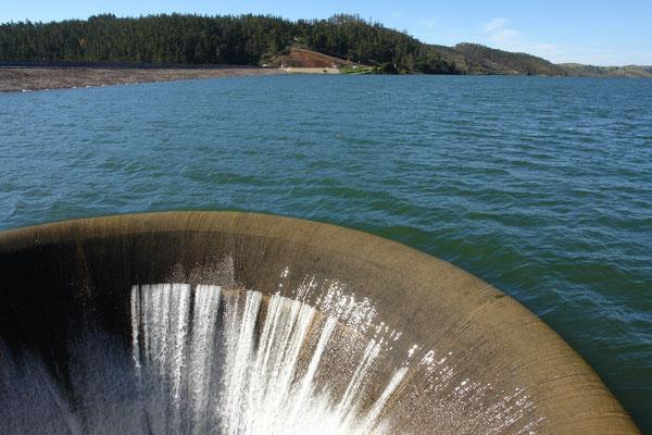 het meer is vol wanneer het water de overloop in gaat
