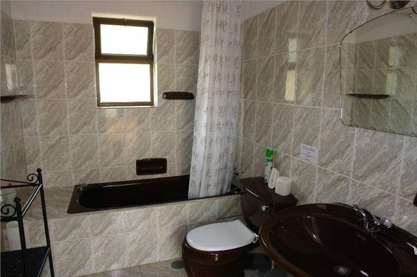 - badkamer in het kleine gastenhuis -