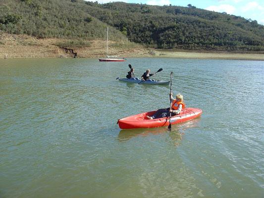 - in de kayak op het meer -