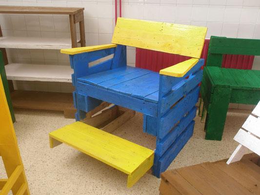 Muebles palets reciclados reciclar palets de madera silln for Reciclar una cama de madera