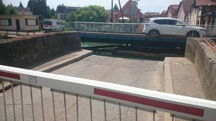 Drehbücke am Rhein-Marne Kanal, das Auto wurde auf der Kanzel kalt erwischt