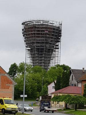 Zur Zeit ist der Turm eingerüstet