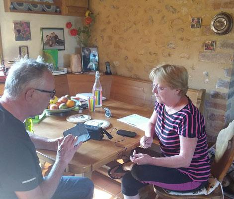 Heide erklärt Werner sein  Smartphone