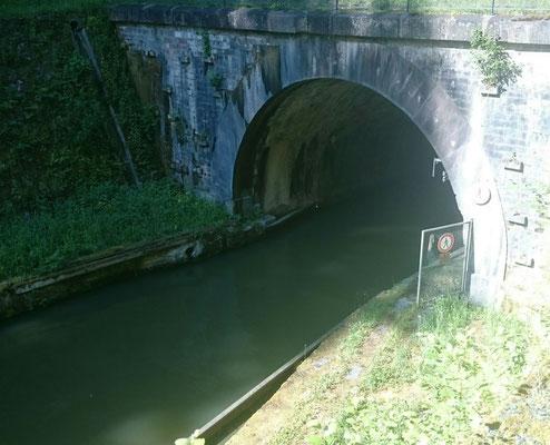 Hinein in den Tunnel