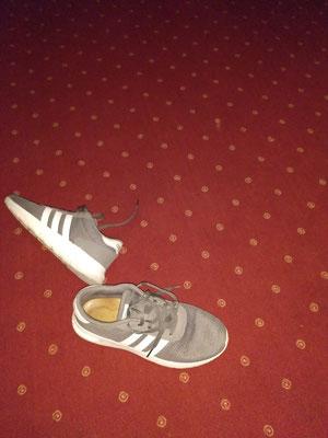 Am Ende im Hotel, Schuheben Teppich