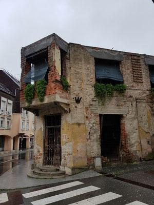 Ein zerschossenes Haus in der Innenstadt