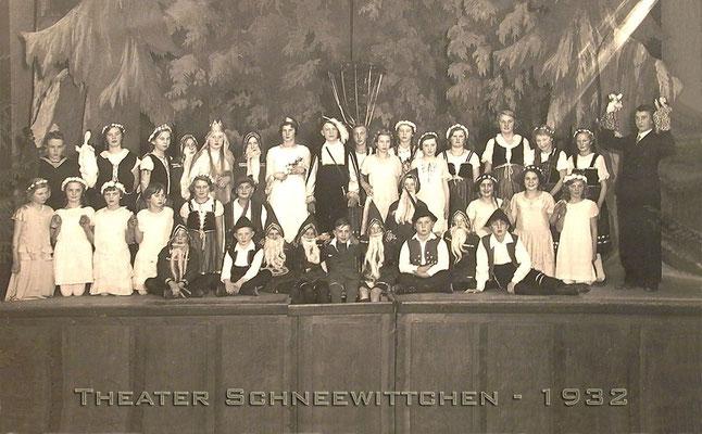 Aufführung Jahr 1932 Kolpinghaus Beverungen. Der junge Mann rechts außen mit den Handpuppen ist: Werner von Wehrden, der letzte Inhaber der Kleinmöbel- fabrik Karl von Wehrden & Sohn!