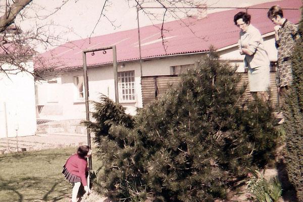 Frau Dammann mit Tochter Ilse auf der Terrasse ihrer Wohnung Sohnreystr.5 - Blick auf den Betrieb