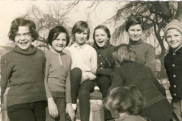Auf dem Schulhof 1964, nur die Mädchen