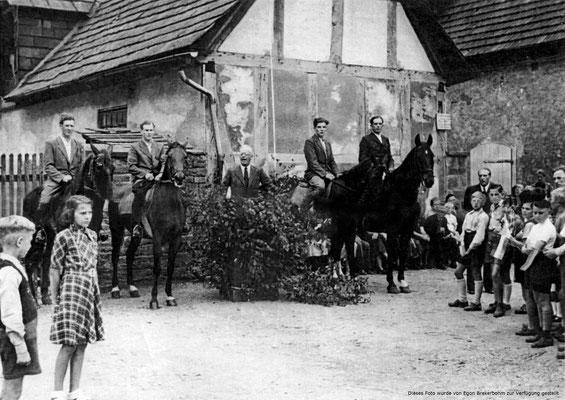 600 Jahr Feier  1948, rechts, vor der Tür Hermann Diederichs, auf dem rechten Pferd, Alfred Möhle