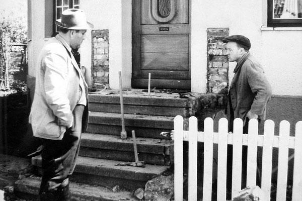 Umbau des Einganges am Wohnhaus W. Köring, Meintestrasse Firmenchef Albert Lotz und Maurer Heinz Spieke