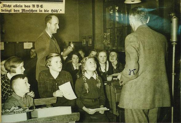 Radioreporter in einer Klasse während der NS-Zeit