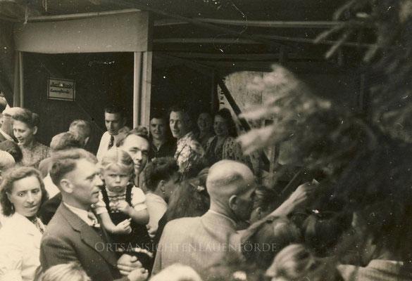 """Mottowagen Karl Henke Lauenförde - Lebensmittel.  Das Lebensmittelgeschäft war in der Unterstraße angesiedelt. Im Volksmund: Einkauf bei """"Henken Krause""""   Helmut Henke, der Sohn von Henken Krause war lange Jahre Vorsitzender des Schützenvereins."""