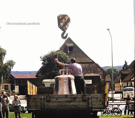 Eine der Glocken wird entladen.