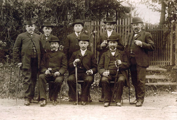 8 Herren mit Hut, obere Reihe, vierter von links, Wilhelm Meier