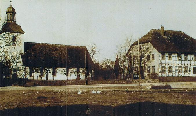 Blick auf die Kirche und das alte Pfarrhaus