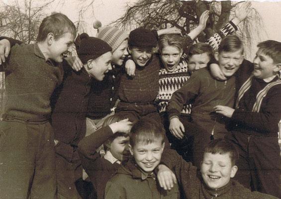 Auf dem Schulhof 1964, nur die Jungen
