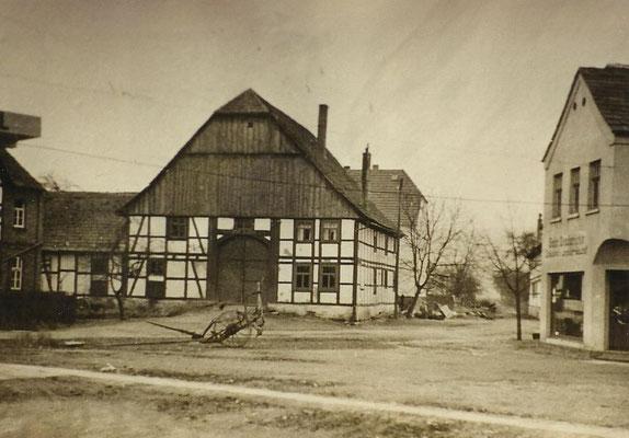 Links Hof Wassermeier, recht Gebr. Diederichs, später Strinz Sanitär / Fahrradhandel und Shell Tankstelle