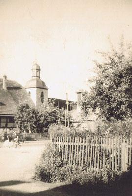 Blick auf die Kirche vom Dorfplatz aus