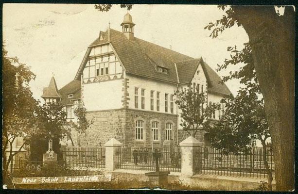Schule 1913 vom Friedhof aus fotografiert