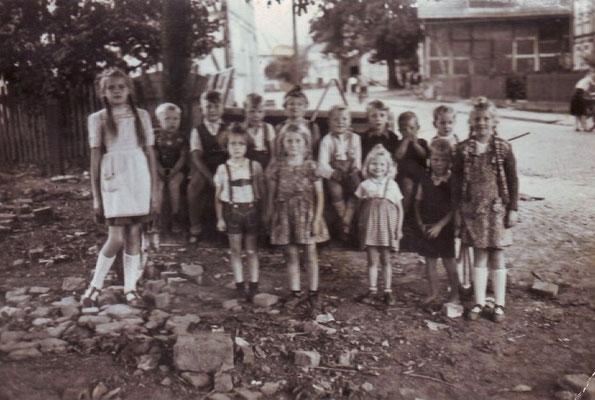 Kinder vor dem Niedersachsenhaus