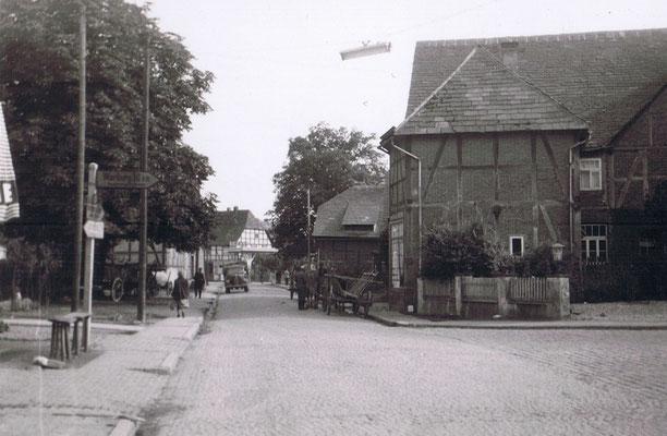 Schuster Ludewig rechts, Blick in die Lange Strasse / Bahnhofstrasse, im Hintergrund Tankstelle Diederich/Strinz