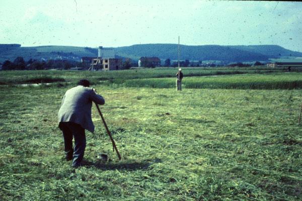 Albert Lotz bei Vermessungsarbeiten