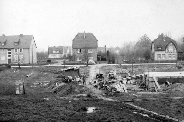 Bereich Ecke Birkenweg. Das Wohnhaus Otto Busch ist im Entstehen. Das 3-Fam.-Reihenhaus an der Meintestrasse ist ausgeschachtet.