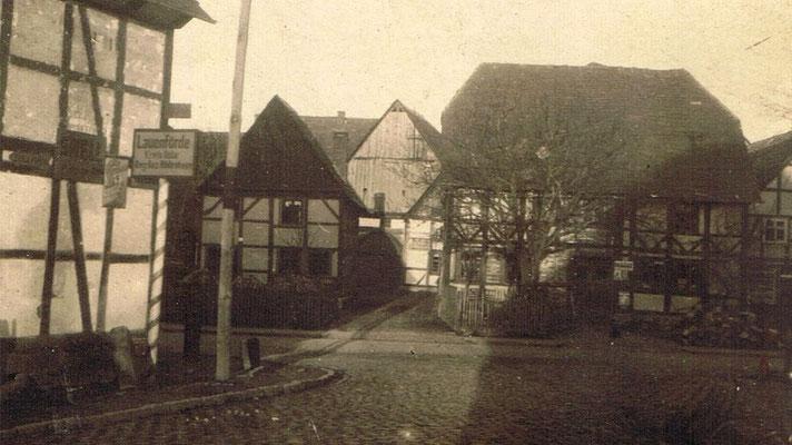Ortseingang aus Richtung Beverungen, von der Brücke kommend. Links das Hotel zur Weser, vor Kopf Kolonialwaren Meier, jetzt Türkischer Kulturverein und links daneben das Musebrinksche Haus. Im Hintergrund d
