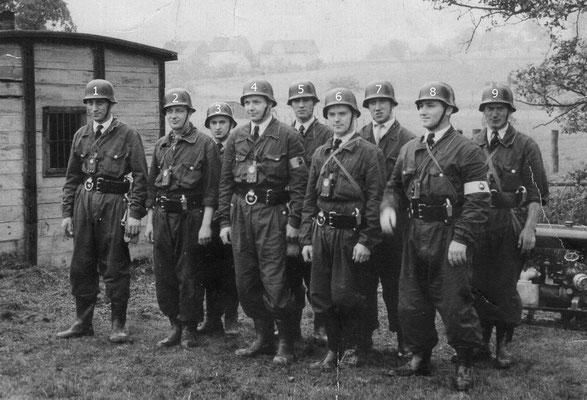 Feuerwehr Lauenförde, 60er Jahre. #1 Theo Musebrink, #2 Rolf Dettmar,#3 Herbert Berger, #4 Karl Thies, #5 Erwin Gehweiler, #6 Josef Quetscher, #7 Werner Rickmeier, #8 Rudi Sage, # 9 Toni Wesserling