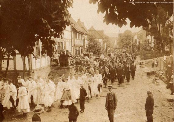 Festumzug durch Lauenförde vor dem 1. Weltkrieg, Lange Strasse