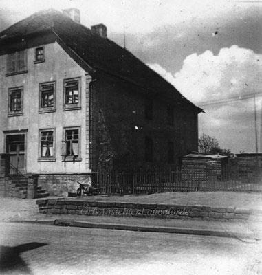 Das Kohlbergsche Haus mit Holzlager und Laderampe