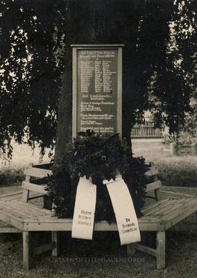 Alte Gedenktafel auf dem Friedhof