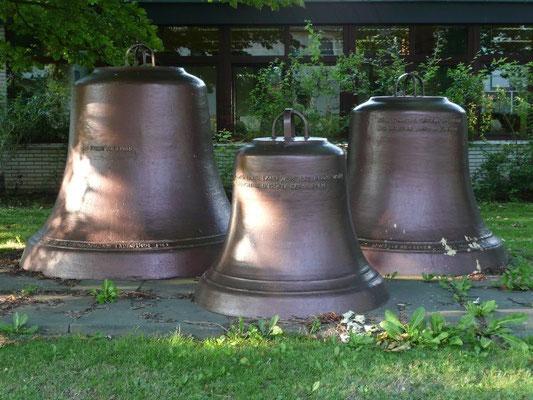 Die alten Glocken vor dem Gemeindehaus