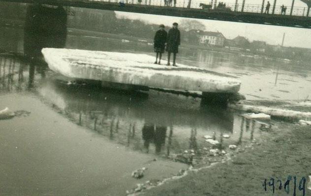 1928 Eisschollen auf der Weser / Im Hintergrund die erste Weserbrücke