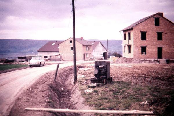 links: Aussiedlerhof Karl-Heinz Steingrebe, Brüggefeld rechts: Wohnhaus des Hofes Werner Schmidt
